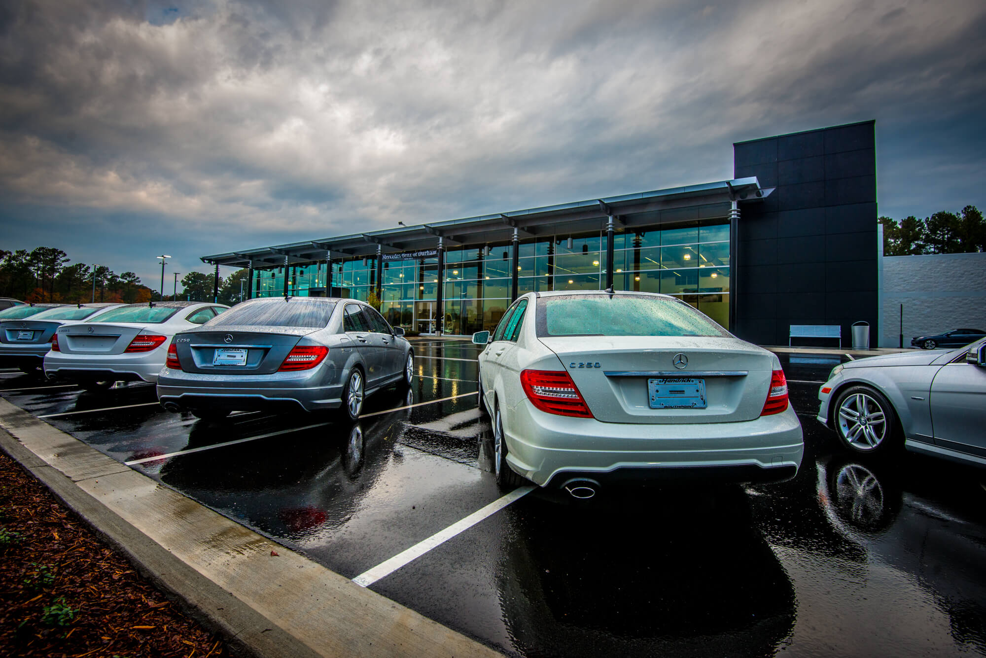 Mercedes to give dealers more advertising leeway repokar for Largest mercedes benz dealer in usa