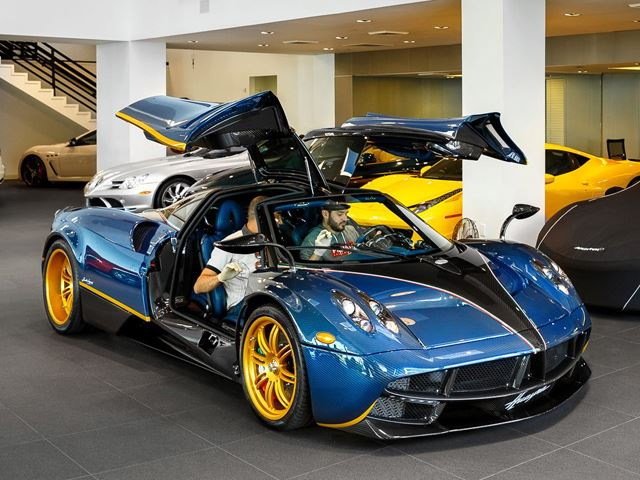 The limited to only 3 examples Pagani Huayra Dinastia was unveiled in Shanghai.