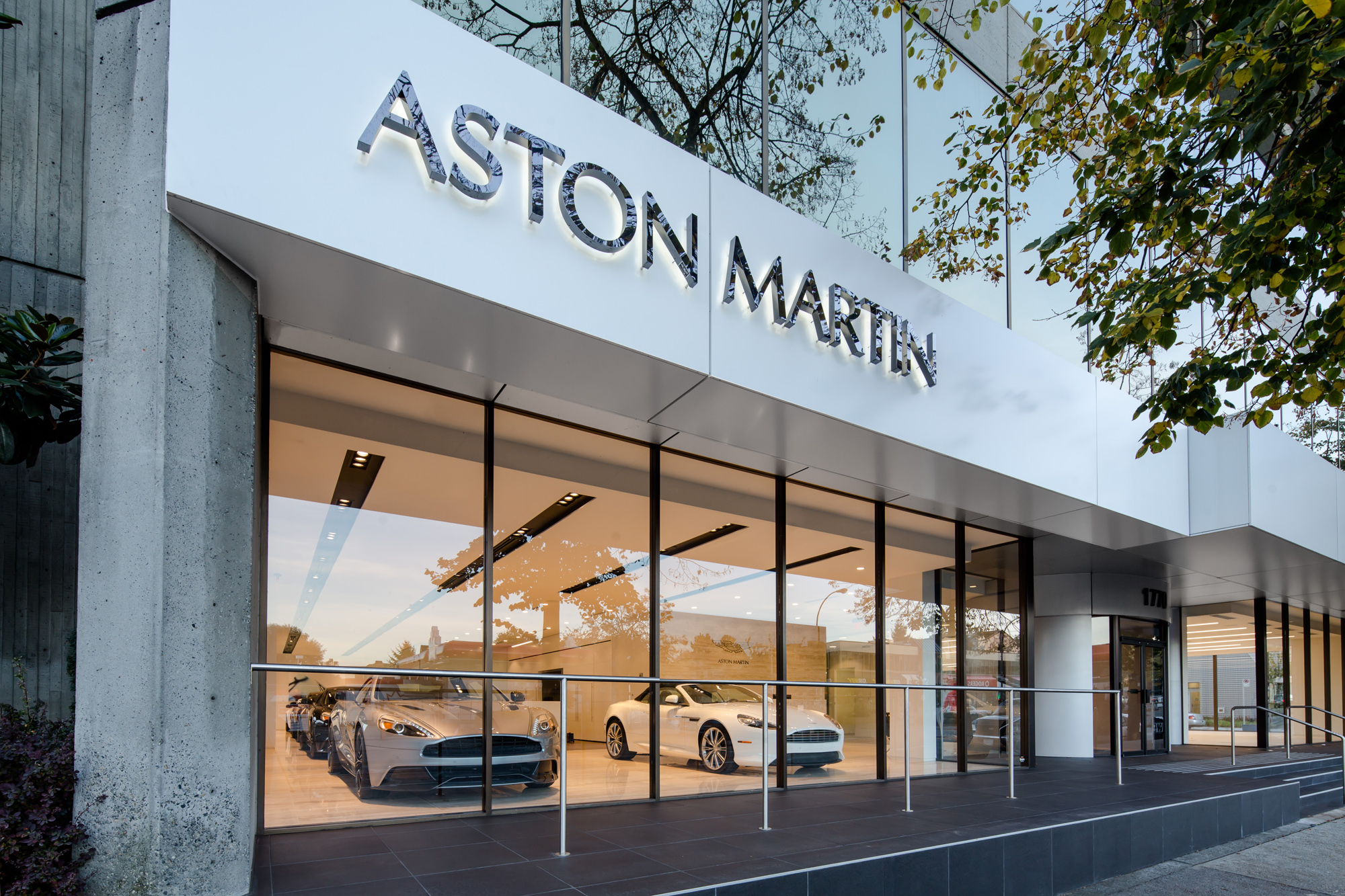 Aston Martin reduces its working staff with 15 per cent